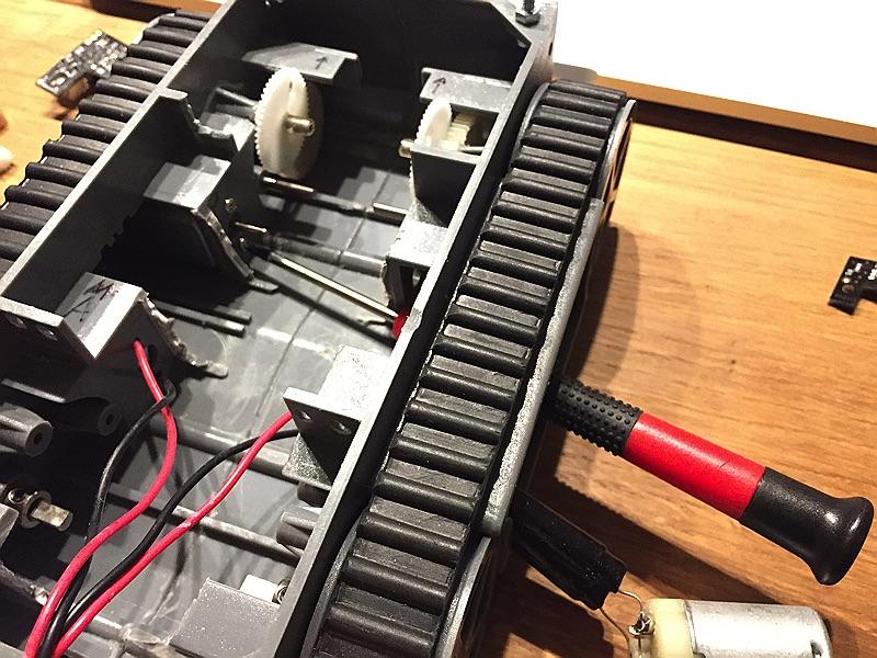 minibot - Motor demontieren, da hier die Platine verschraubt wird