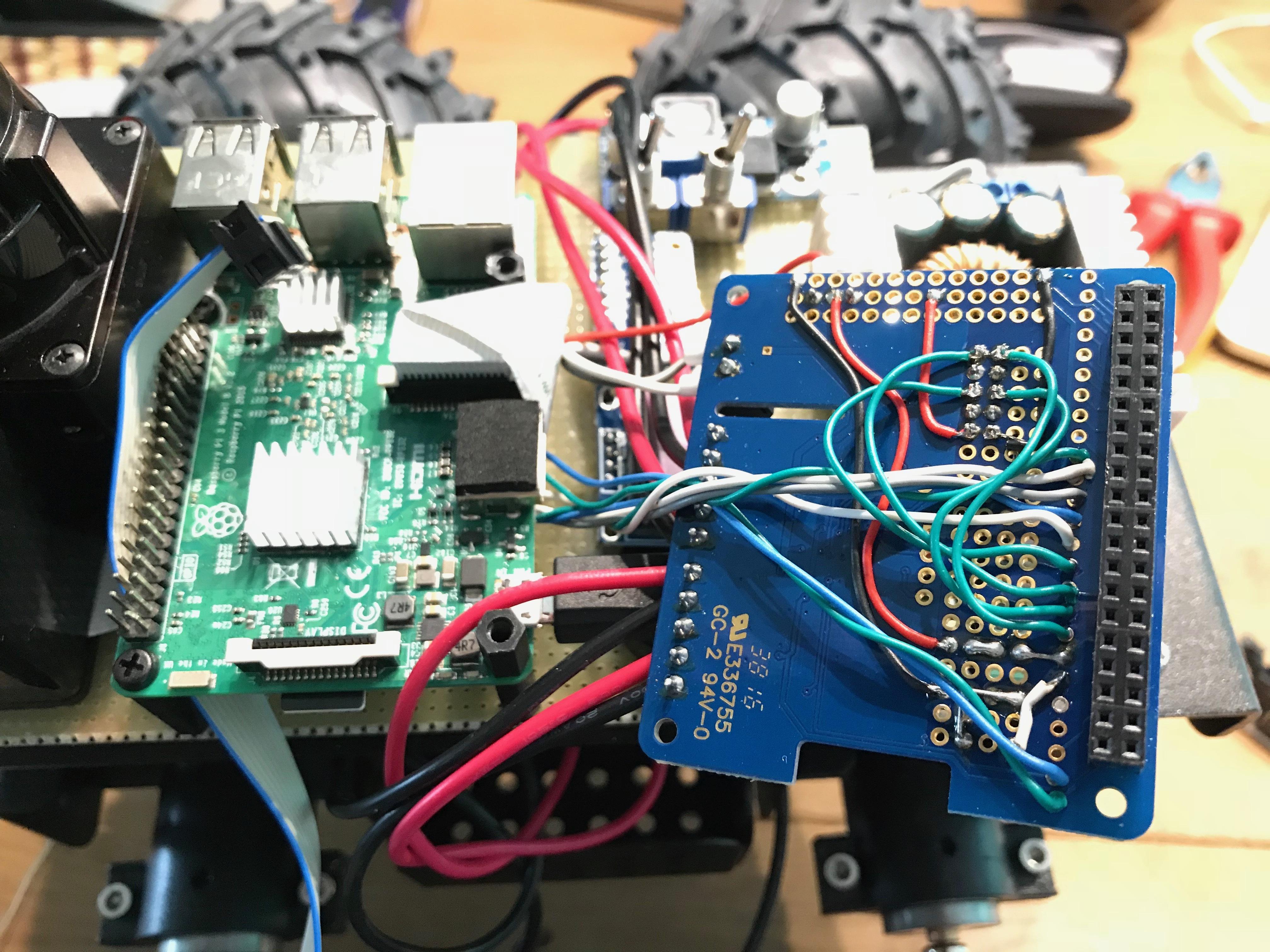 """Die vier grünen Leitungen sind jeweils für die Richtung """"vorwärts"""" eines Motors."""