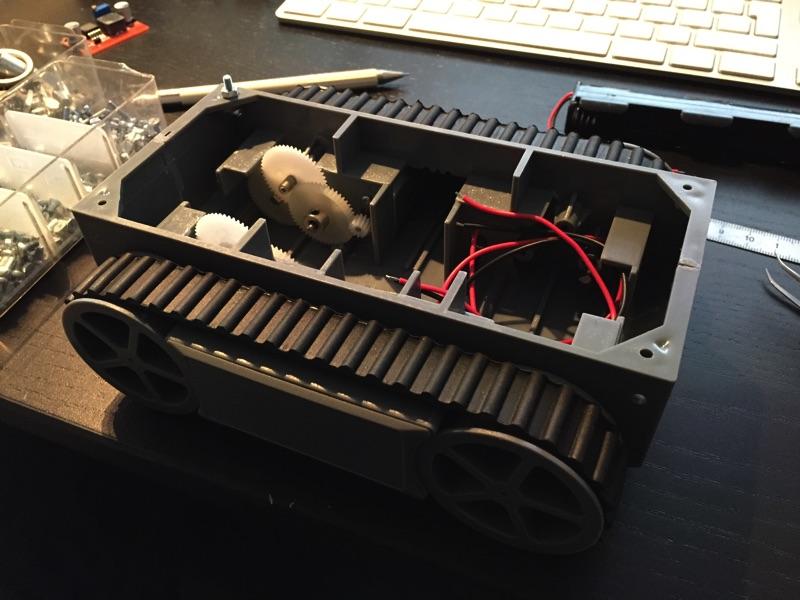 minibot mit erster Schraube als Platinenhalter