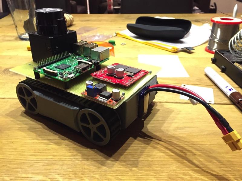 minibot mit testweise eingesetztem Akku