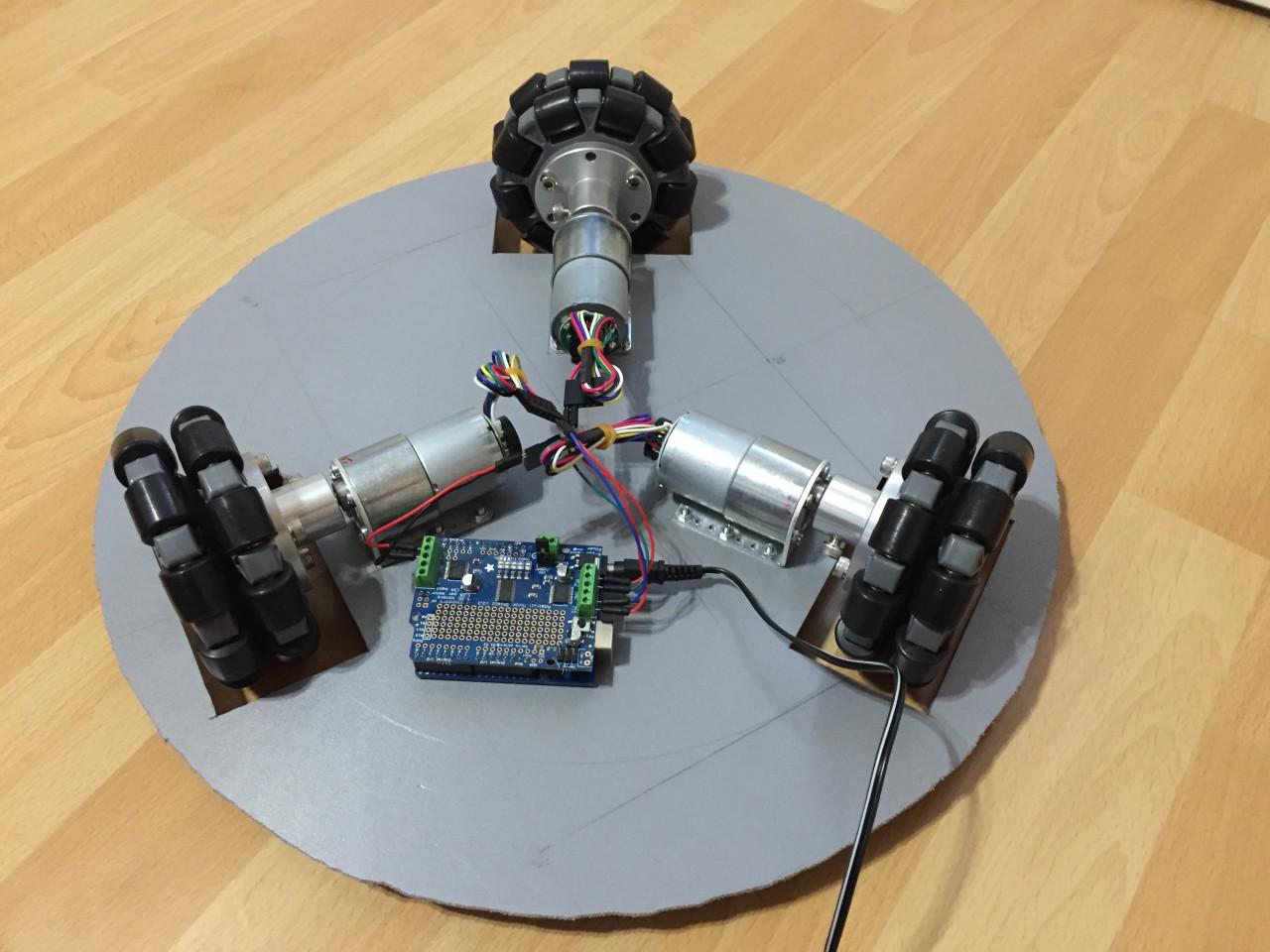 Der Arduino und das Adafruit Motor Shield V2 montiert auf dem Roboterprototyp